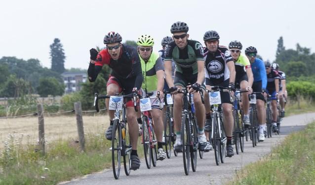 Op de Geertjesweg, 1 km na de start, hadden de fietsers er zin in. Foto: Johan Mulder