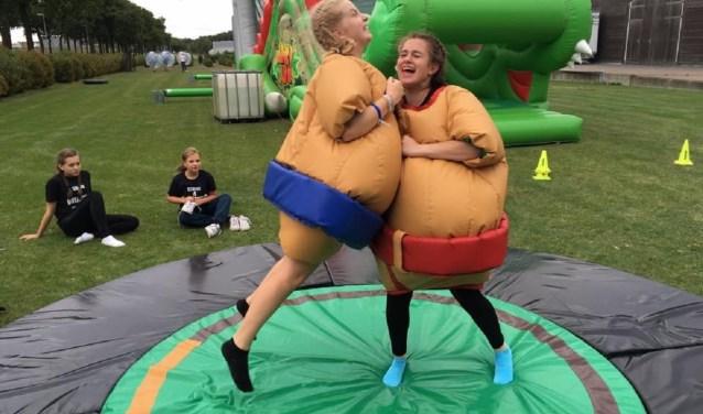Twee kinderen hebben zich met veel plezier in sumoworstelpakken gehesen om op het terrein van Fun Skillz het tegen elkaar op te nemen. Fun Skillz heeft talloze activiteiten voor de jeugd.