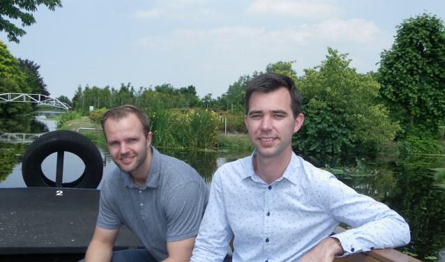Tim Müller (links) en Johan Stolwijk in de boot op Plantentuin Esveld. Op Open Kwekerijdag vaart een boot naar diverse kwekerijen. (Foto: Morvenna Goudkade)