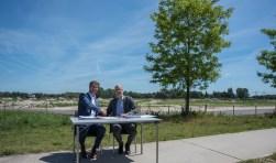 Opdrachtgever Woonbedrijf ieder1 en ontwikkelaar Van Wijnen tekenen contract voor de realisatie van 130 duurzame woningen.