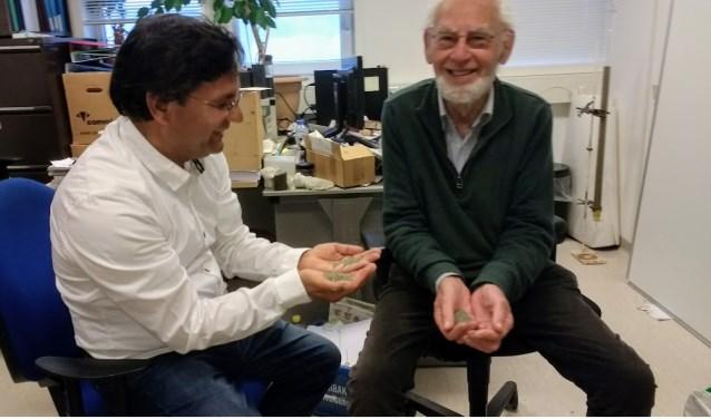Professor Schuiling (rechts) en Nasir Javid met olivijn. Als gastonderzoeker is Schuilling (85) nog steeds actief.