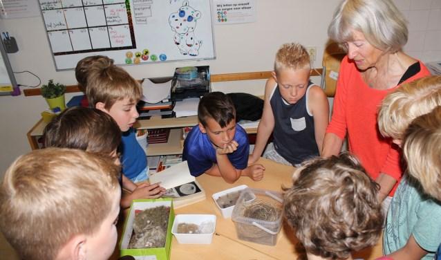 Everdien Smeenk laat met collega Tannye Hiemstra de leerlingen het vogelleven dicht bij huis zien, horen en voelen. (Foto: Lysette Verwegen)