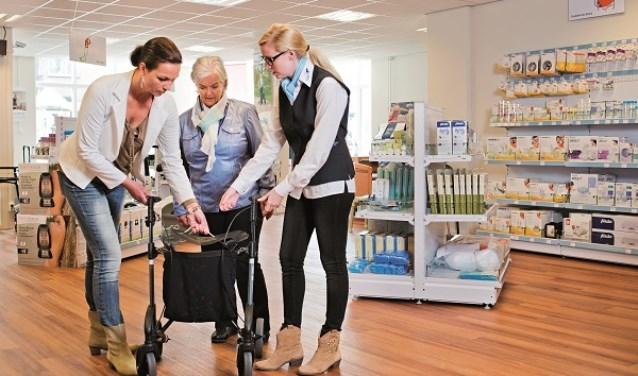 Bij de Aafje Thuiszorgwinkels zijn diverse hulpmiddelen verkrijgbaar, zoals een bloeddruk- of vetmeter, om ook regelmatig zélf de gezondheid te checken.