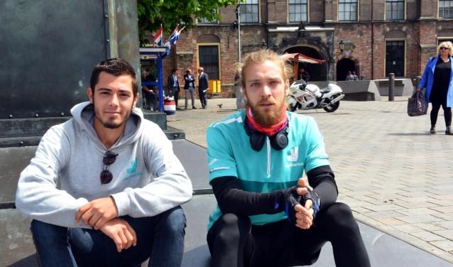 Alexis Tsipis (links) en Alessio Righi voor het Binnenhof/ Foto: Jos van Leeuwen.