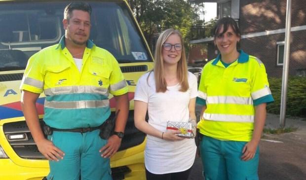 Chauffeur Walter en verpleegkundige Annemiek gaven Nikita een rondleiding in de ambulance.