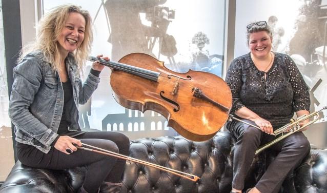 Corien Kok, celliste van Musica Michaelis, en Alike Jonkman, trompettist van dat orkest, spelen zaterdag in Haerst.  (Foto: Frans Paalman)