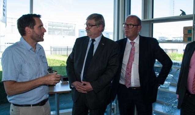 Op de foto links de productmanager Mark Lodema, in het midden Willibrord van Beek en Wim Groeneweg.