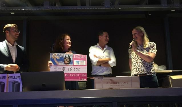 Heidi Bunicich, Directeur Dromen met de cheque van 16.800 euro ingezameld door Stichting 1184.