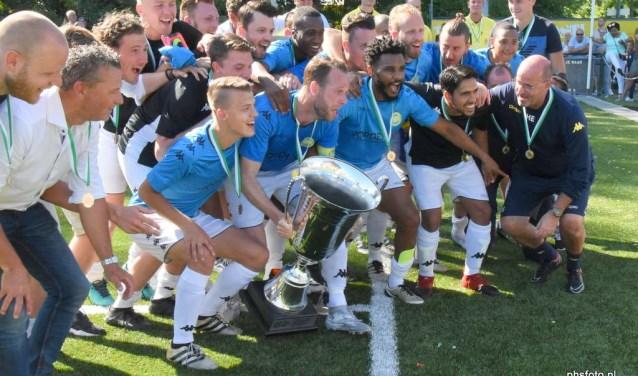Na afloop ontving aanvoerder Jesper van den Bosch uit handen van Pim Blokland de bokaal en vierden de spelers, begeleiding en supporters uiteraard een mooi feestje op het veld.