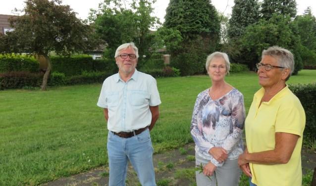 """Cor van der Waal, Jule de Boer en Cok Aten van het Buurtcomité Beringhem: """"We willen als omwonenden graag overleg over de nieuwbouw hier in de tuin van Beringhem."""" Foto: Doriet Willemen."""