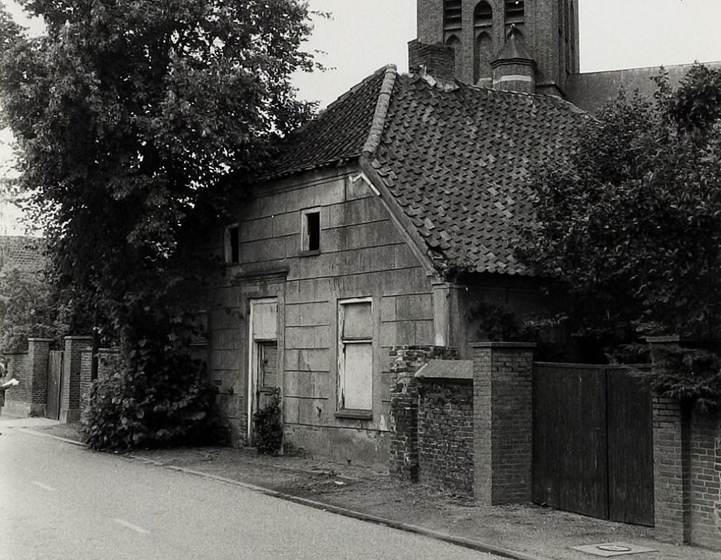 Wie herkent deze woning vlak onder de Beugense kerk aan de Hagelkruisstraat 2? Eind jaren tachtig was hier weinig meer van over: overal is het metselwerk beschadigd en de ramen ontbreken.