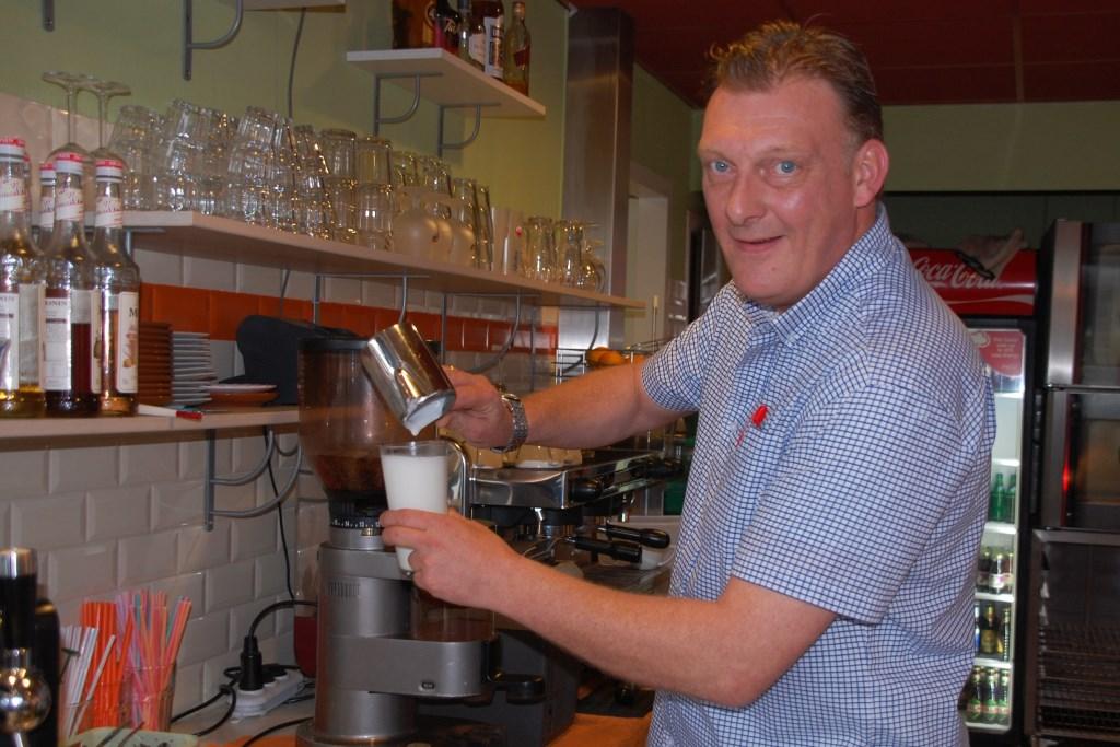 Patrick Gerritsen, eigenaar van Lunchcafé de Markt, maar vooral gastheer en koffiezetter.