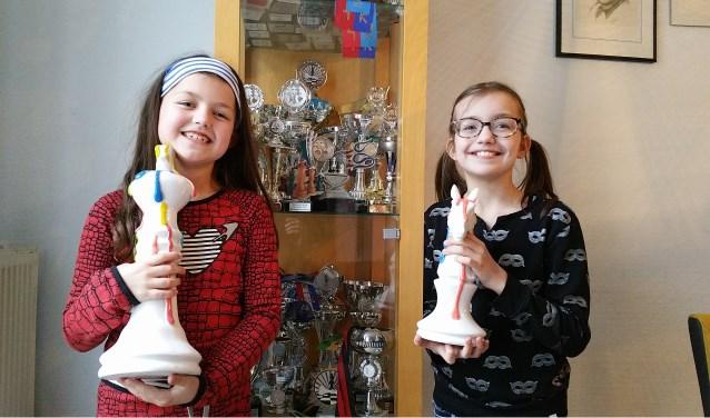 Lauri Maris (links) en haar zus Evi, schaken beide op nationaal niveau. (archieffoto)