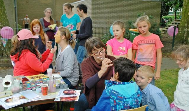 Ook voor kinderen was er gelegenheid om van alles te doen. Zo kon je je bijvoorbeeld laten schminken. Ill Skill Squad gaf in de Piekschool een demonstratie. Foto Jan Boer