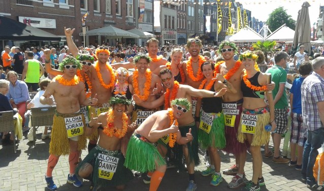 Op zondag 25 juni zullen op initiatief van John Sibbens (midden) 80 Aloha's 4 a Day meelopen in de Cloetta Halve Marathon van Roosendaal.
