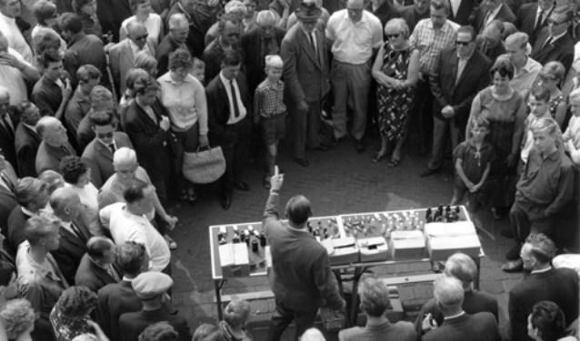Standwerkers is een vak apart. Al vele jaren komen de beste kooplui naar Enschede. Foto: Alice Brusse
