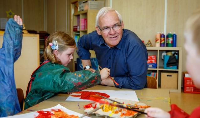 Toine Janssen uit Vlijmen werkte veertig jaar op dezelfde school: basisschool Lambertus in Haarsteeg. Op dinsdag 4 juli werd zijn afscheid gevierd. FOTO: Yuri Floris Fotografie