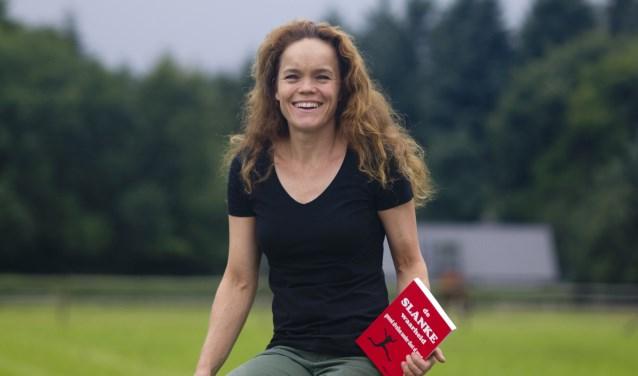 Mirjam Hommes met haar baanbrekende boek: De slanke waarheid. foto: Marlou Arends/ Mirages communicatie
