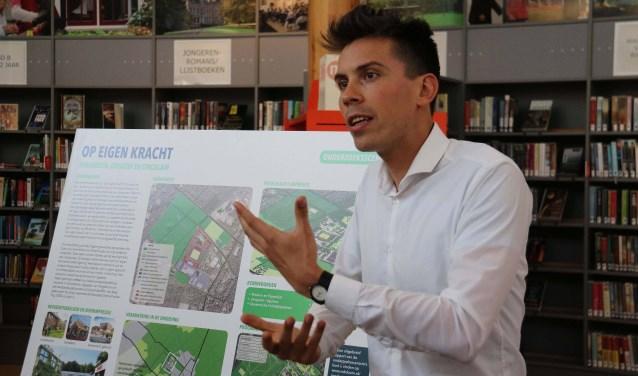 Peter Oosterloo van het Rijksvastgoedbedrijf informeerde het publiek over onderzoekscenario 'Op Eigen Kracht'.