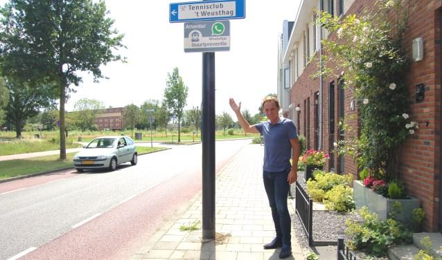 Juridisch beleidsmedewerker Olaf Rinket bij een attentiebord voor WhatsApp buurtpreventie. ''Sociale controle helpt om inbraak te voorkomen!''