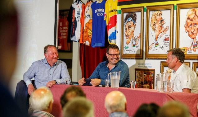 Henk Mees (interviewer), Danny Nelissen en oud-wielrenner Eddy Boumans praten er lustig op los tijdens het vijfde Wielercafé Vlijmen in de kantine van Vlijmense Boys. FOTO: Yuri Floris Fotografie