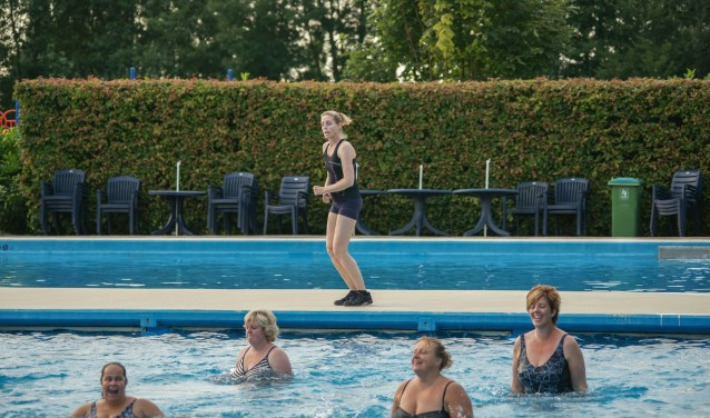Dames van verschillende leeftijden trotseerden het mindere weer om in het water fitter te worden