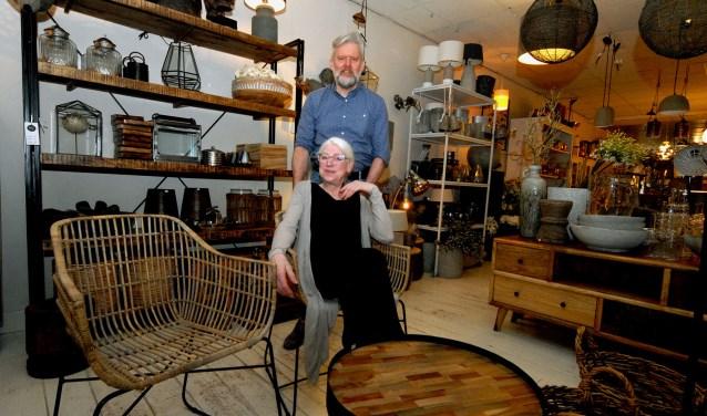 Zielsgelukkig zijn Assur Manders en Tina Donkers in hun winkel Via Cannella in Cuijk. Al twintig jaar runnen ze de zaak met veel plezier en hielpen andere ondernemers hetzelfde te doen. Het promoten van Cuijk was daarbij altijd het uitgangspunt.