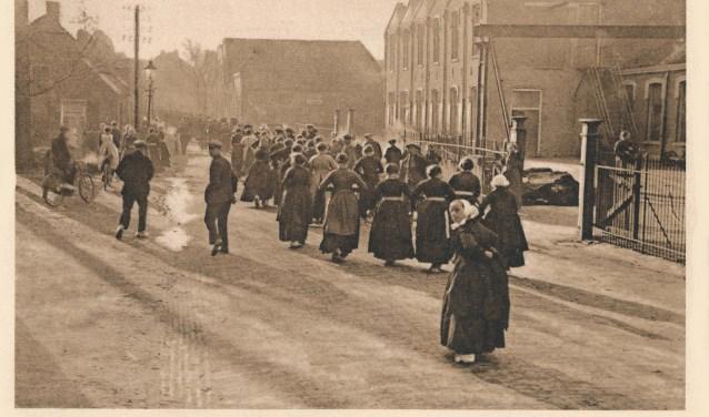 Op de Jutefabriek wordt door de inwoners van Rijssen zwaar werk verzet.