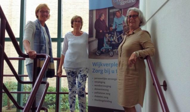 Marga Snijder,Lidwien Bos-Ten Velde enJoséKloppenborg nemen afscheid van Carintreggeland. Velen kennen de dames.