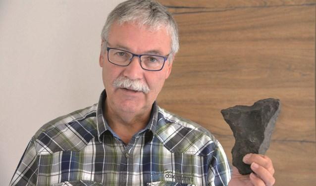 Niek de Kort toont een bijna 3 kilo zware meteoriet die in Amerika werd gevonden. Foto: Paul van den Dungen