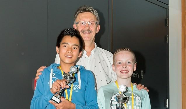 Timo Huijzer en Robin den Ouden krijgen de Vlaggetjesbokaal uitgereikt door Bas Romeijn van Deco Home Makado.