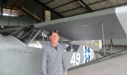 Hans Vergeer van Stichting Wings to Victory houdt van de oude vliegtuigen die tijdens De Zeeuwse Luchtvaartdagen zijn te zien. FOTO: MARCEL VAN DER VOORT