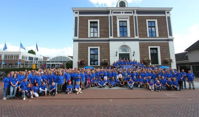 Op het gemeentehuis in Elst kwamen vrijdag 275 van de in totaal 609 Overbetuwse wandelaars van de Nijmeegse Vierdaagse samen. (Foto: Kirsten den Boef)
