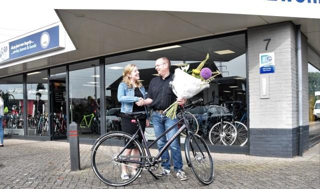 Gilbert de Wit van GeJo Cycleworld overhandigt de Gazelle CityZen aan Elisa Derksen.(Foto: Janet Kooren)