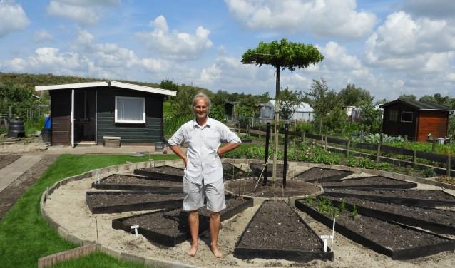 Boskoper John Bontjebij de bloemenklok. De zonnewijzer is geplaatst op de 52e breedtegraad.