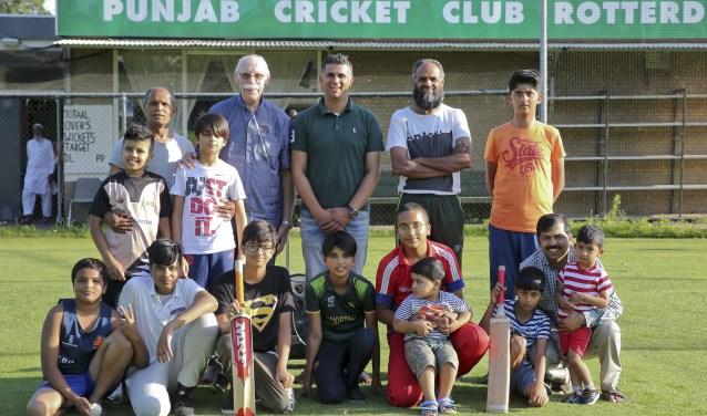 Een groepje leden van Punjab Cricket Club Rotterdam, met staand in het midden aanvoerder Sulaiman Tariq, links van hem clubcoördinator Joop van Rijswoud en rechts coach Akrim Din. (Foto: Rob Kamminga)