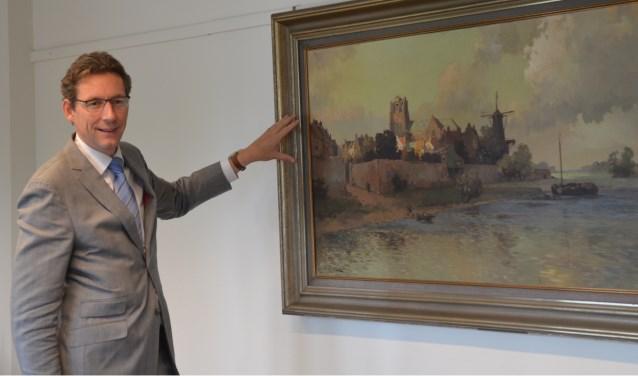 Op de burgemeesterskamer hangt een schilderij waarop bekende Wijkse locatie een net wat andere locatie toegewezen hebben gekregen. Tjapko licht na het interview enkele van de verschillen toe. FOTO: Ben Blom