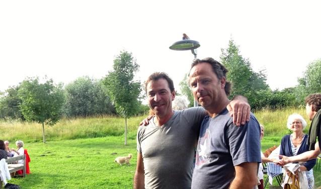 Martijn Hohmann kookt met vriend en buurtgenoot Robert de Bruijn. Ze leveren graag hun bijdrager aan de buurt.