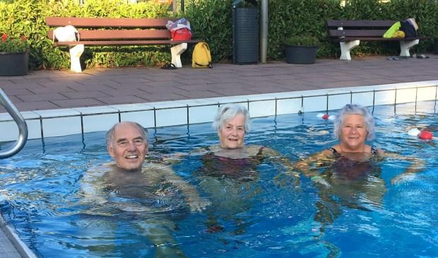 Om klokslag zeven uur in de ochtend doken mevrouw Pluim (midden), mevrouw Stokebrand en de heer Van der Noort als eerste het heerlijk frisse buitenbad in.