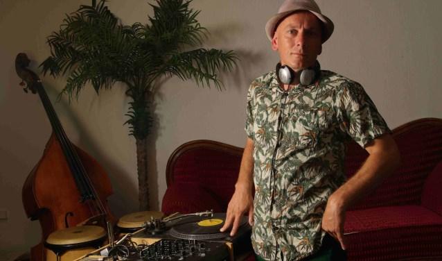 Muziek zit DJ Arjan Haakshorst 'Balkanarie' in het bloed. Op vrijdagavond laat hij de favorieten uit zijn collectie horen. (foto: Helga te Boekhorst)