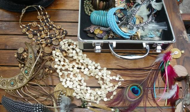 Ana Gomes Dantas vond het geluk in Nederland en woont sinds vijf jaar in Boskoop. De veelzijdige Braziliaanse is creatief en ontwerpt graag hoeden, tassen en sieraden. (Foto's: Morvenna Goudkade)