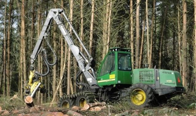 Een zogenoemde harvester in actie. De houtoogst vindt plaats door dunning en verjonging. Bij dunning worden bomen weggehaald om andere bomen meer ruimte te geven om verder te groeien. Bij verjonging worden open plekken groter gemaakt.