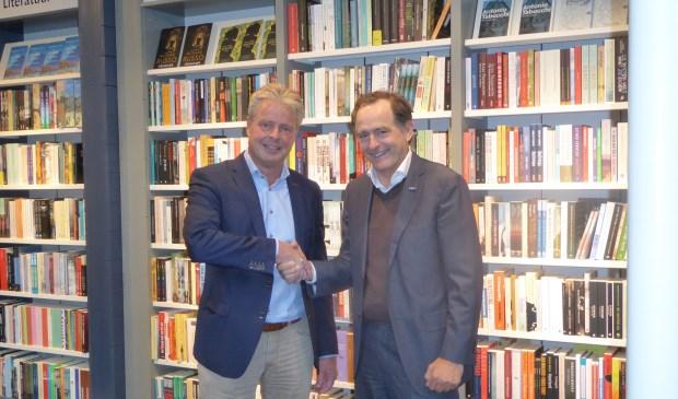 Jordi Wientjes (rechts), adjunct-directeur van Waanders in de Broeren bekrachtigt de samenwerking met Eric Broekaart  medeorganisator van het Nederlands IJsbeelden Festival.
