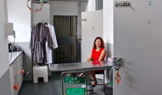 Wendel Hesel, eigenaresse van de Bed & Breakfast Nachtje in de cel, in een van de 'kamers'.FOTO: Els van Stratum