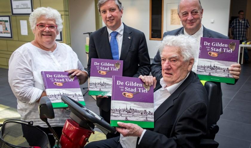 Vanaf links: Dochter Bernadette, burgemeester beenakker, Huub van Heiningen en Emile Smit.