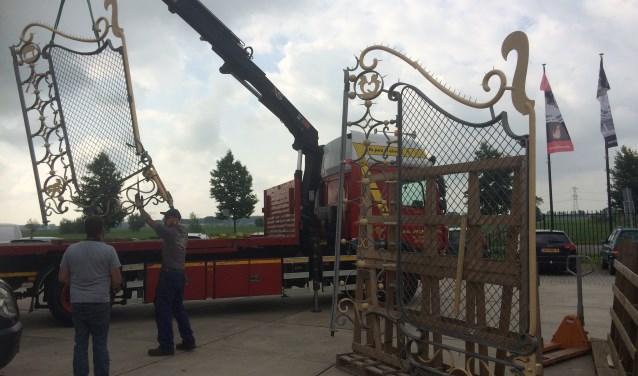Het verwrongen hek wordt op de oplegger gehesen. (Foto: PR)