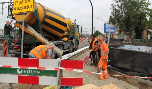 Het nieuwe beton voor het voetpad wordt gestort