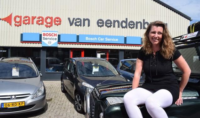 Tanja van Eendenburg bij haar bedrijf (Foto: Privé)