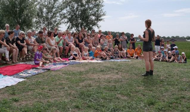 Petri spreekt alle bezoekers van de slotshow toe. Ben je nieuwsgierig geworden naar Peet's Dance Camp? Op pagina 15 van deze krant vind je nog meer foto's van het kamp. Op www.petrivandelangenberg.nl kun je terecht voor meer informatie. Foto: Ilona van Hemert