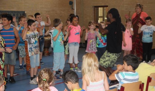 Leerlingen haalden acrobatische toeren uit tijdens de enthousiaste middag met de swingende Jambo Afrika dansers